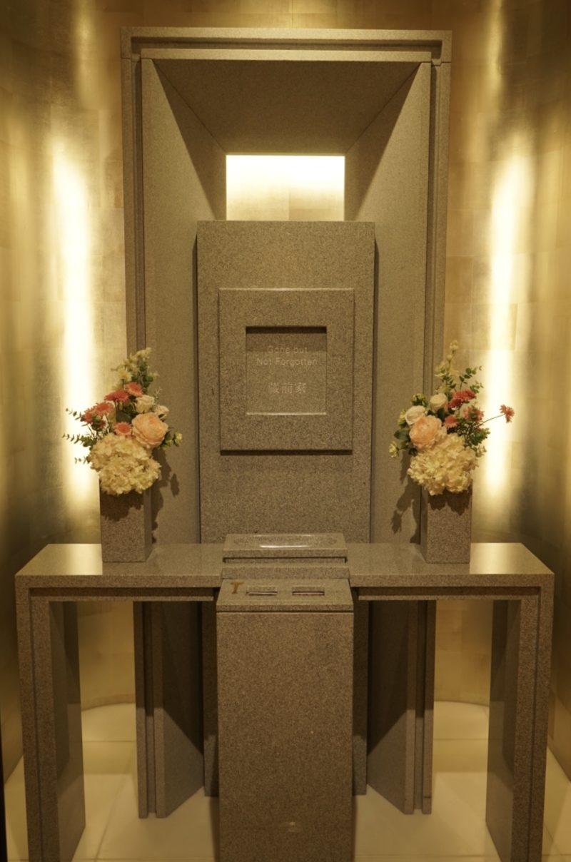 納骨堂で参拝する白御影の墓石